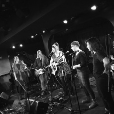 Shona Mooney (fiddle), Laura Pitkanen (guitar), Linda McRae (composition, guitar and vocals), Amy Leach (vocals), Alexandra Babiak (vocals), Zac Pulak (percussion), not visible: Andrew Rumsey (piano) © Clio Em